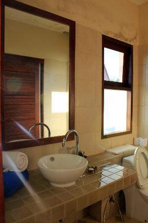 Baan KanTiang See Villa Resort (2 bedroom villas): The master washroom