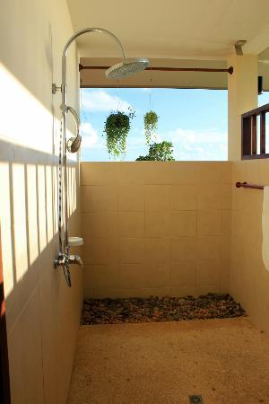 Baan KanTiang See Villa Resort (2 bedroom villas): The open air shower in the master bathroom