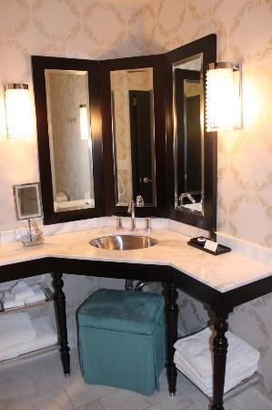 The Nines, a Luxury Collection Hotel, Portland: Classy bathroom