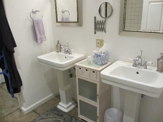 Upcountry Bed and Breakfast: Bathroom