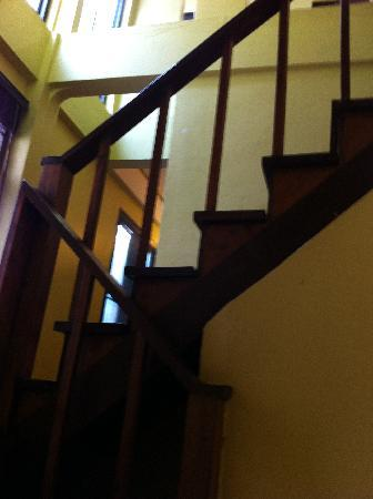 Niras Bankoc Cultural Hostel: Stairs to the top floor