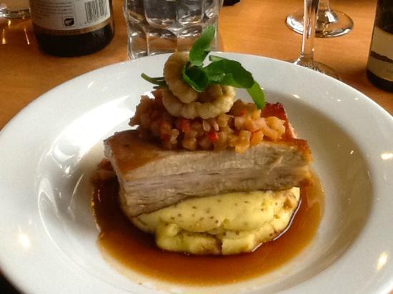 Wineglass Cafe & Sargoods Restaurant : Manuka smoked pork belly, Agria mustard mash, jus, crackling & apple chutney