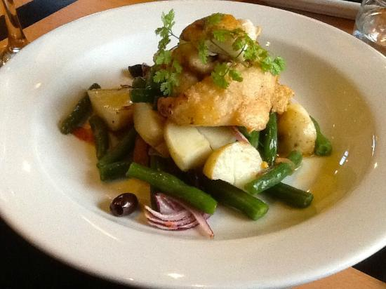 Wineglass Cafe at Edgewater: Southern blue cod served on a warm niçoise style salad