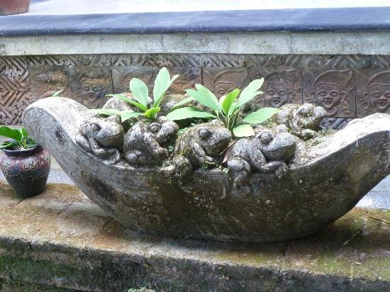 Alam Indah: Frog carving