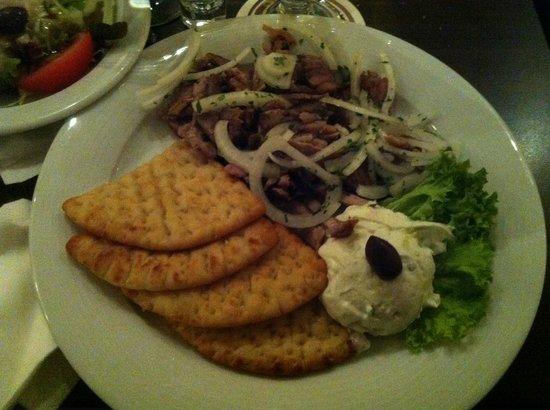 Delphi: piatto a base di carne di maiale con pane greco