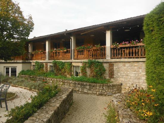 Hotel au Pont de Raffiny : hotel from the pool area