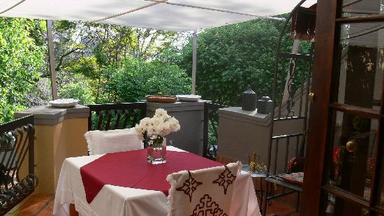 Mont D'or Bohemian House: Breakfast on the patio