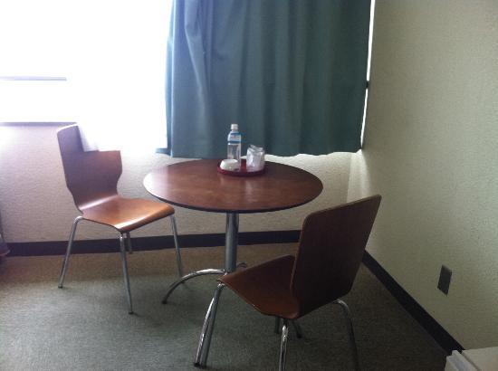 Hotel South Island: リゾート風にテーブルセットも☆ミネラルウォーター1本サービスでした☆
