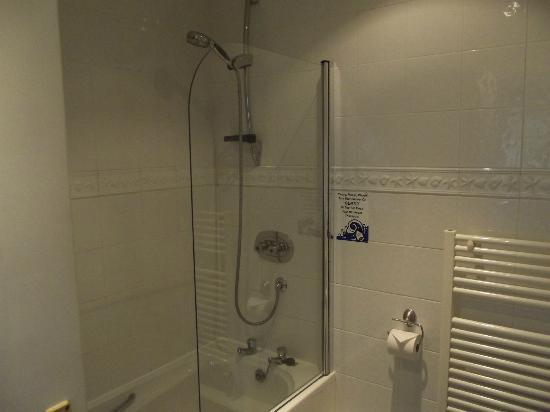 Bower House Inn: Bathroom in Windermere room
