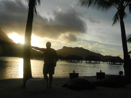 InterContinental Bora Bora Resort & Thalasso Spa: En la playa del hotel y atrás las habitaciones