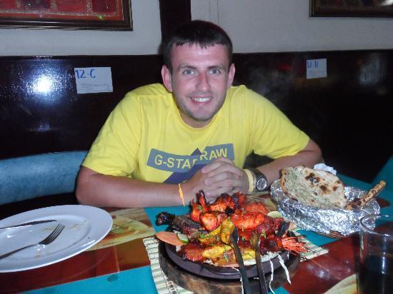 Noori India: mixed platter and garlic nan