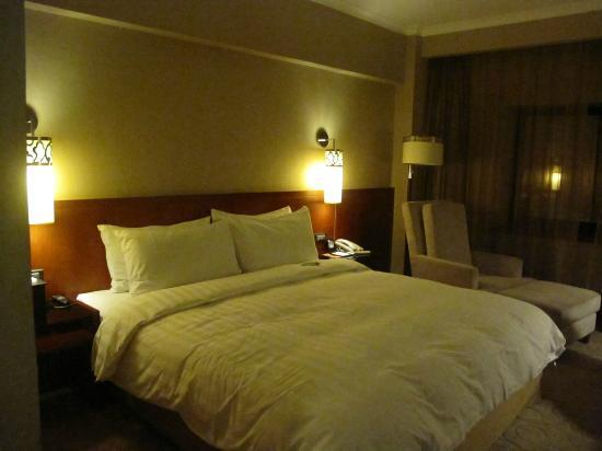 Grand Noble Hotel: bed