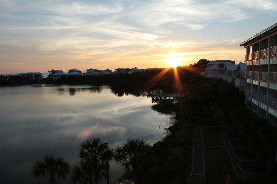 Carillon Beach Resort Inn: View of sunset from Floor 4 balcony