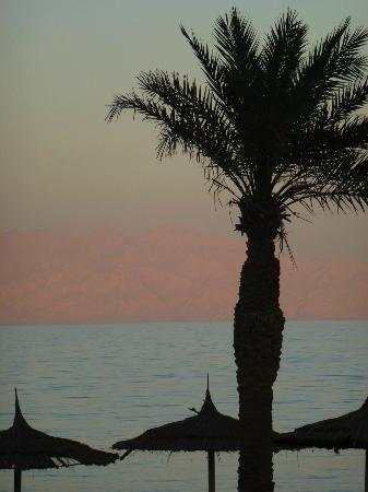 Sea Sun Hotel Dahab: sun setting on saudi arabian coastline