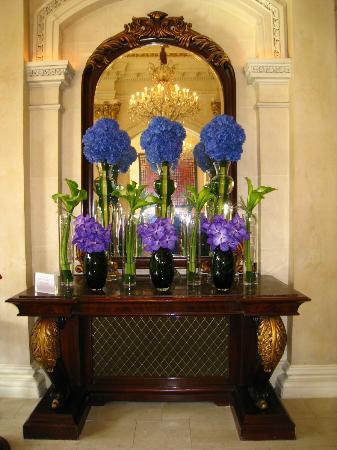 The Shelbourne Dublin, A Renaissance Hotel: Hotel lobby flowers