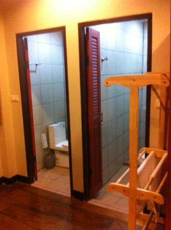 Kwan Phayao Villa : Shower rooms and toilets in Orm Ngern suite
