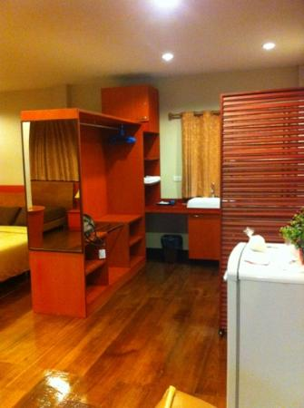 Kwan Phayao Villa : Closet, washing basin and dressing area in Orm Thong suite