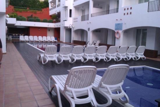 Hotel Puerto Mar: patio avec piscine