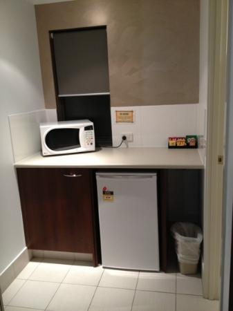 Gold Coast Holiday Park & Motel: kitchenette - biscuits and milo provided!