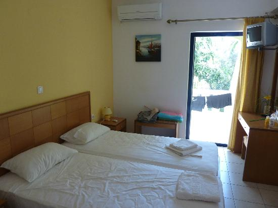 Manolis Apartments : room