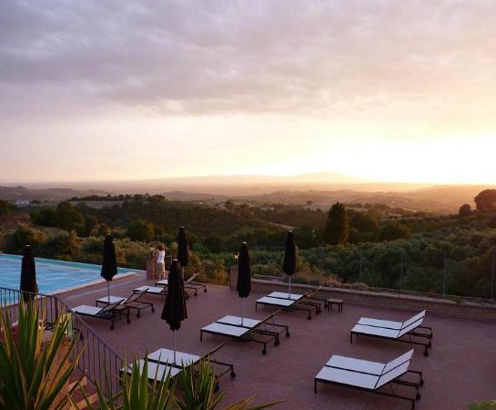Casale Santa Brigida: Art Monastery Guesthouse: panoramische zwembad