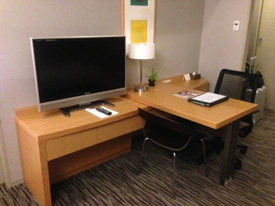 Haneda Excel Hotel Tokyu: デスクとテレビ