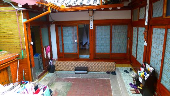 Bukchon Guesthouse: The yard