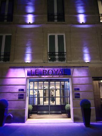 Hotel Le Royal: Hotel at night