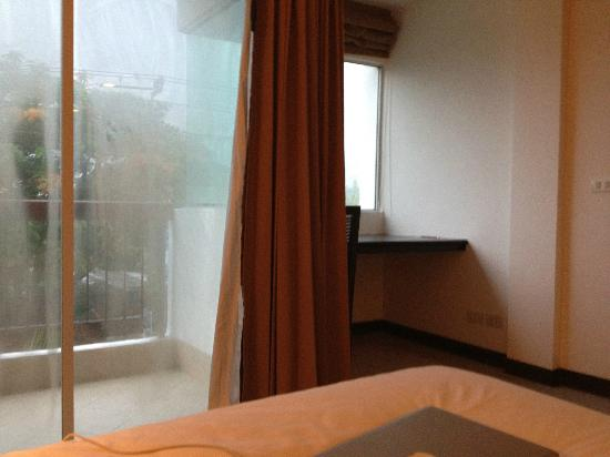 Siam Piman Hotel: Room, bed and windows
