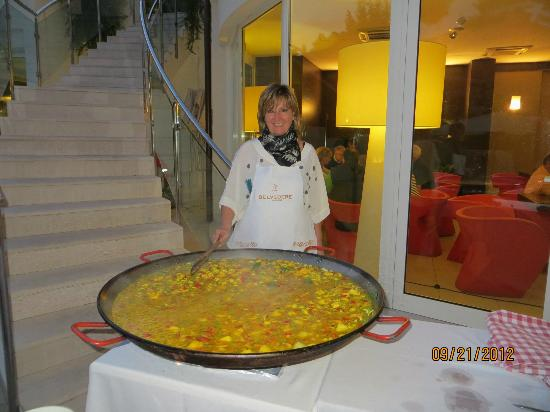 Hotel Belvedere: Marina with another tasty dish (Paella)