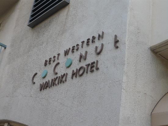 Coconut Waikiki Hotel: 外観 文字がかわいくてパチリ