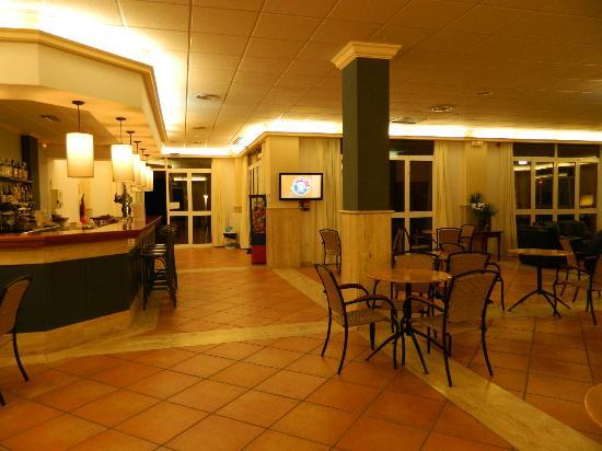 Nuramar Apartments: Bar area