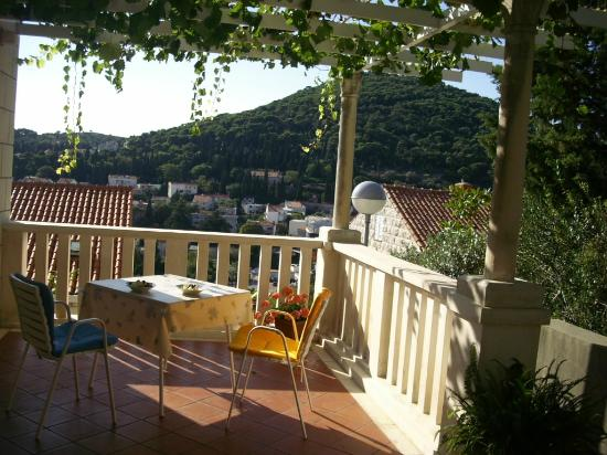 auf der terrasse picture of apartmani ivana dubrovnik. Black Bedroom Furniture Sets. Home Design Ideas