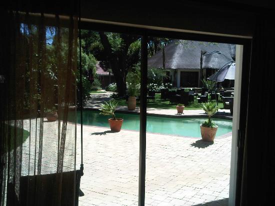 Silverwood Manor: Blick vom Zimmer auf Pool und Garten