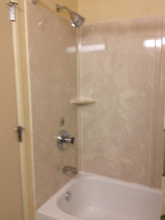 Fairfield Inn Minot: shower