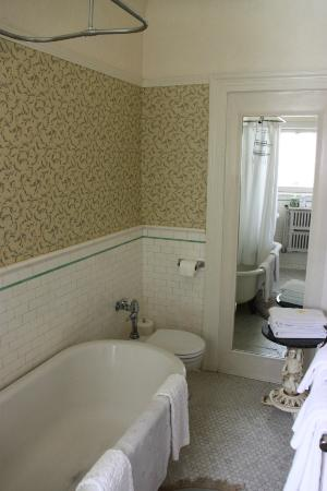 Portland's White House: Rose room bathroom