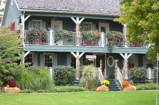 WeatherPine Inn: The outdoor autumn decoration was just beautiful...