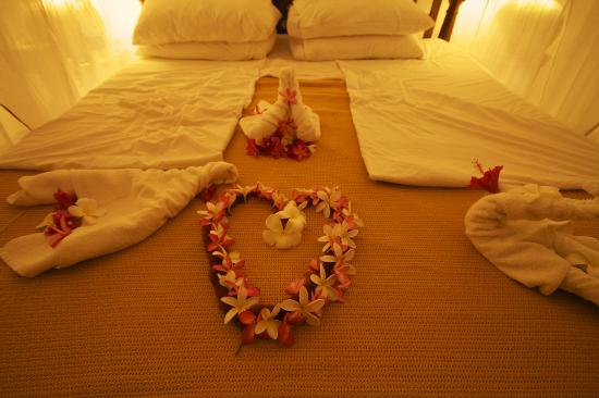 Ras Nungwi Beach Hotel: Flower arrangements on our bed after the proposal dinner!
