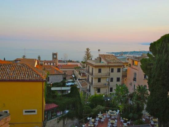 Hotel Villa Taormina: Overlooking Taormina to the Ionian Sea from the breakfast room
