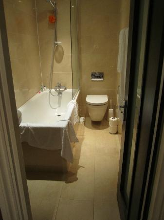 Royal Court Apartments: Bathroom