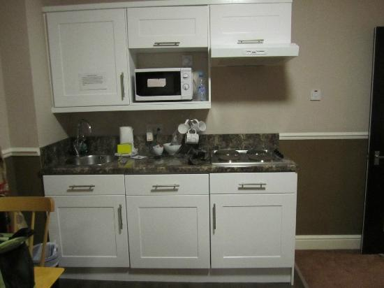 Royal Court Apartments: Kitchenette