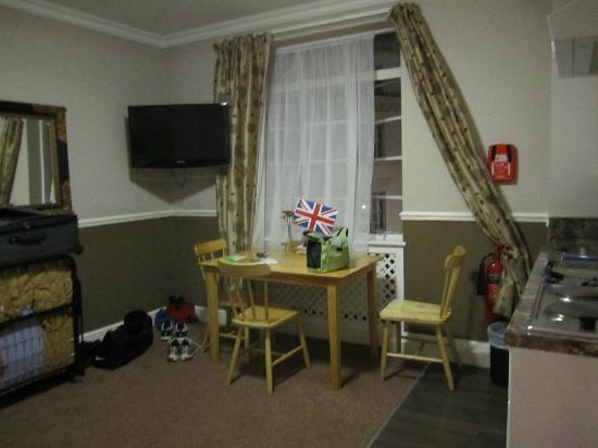 Royal Court Apartments: Living room 
