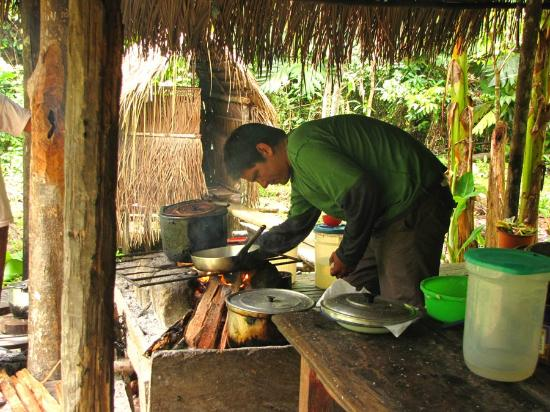 Casa Lupuna: Preparando el almuerzo en el refugio