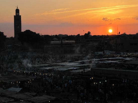 Riad Aguaviva: Atardecer en la plaza Jemaa el Fna