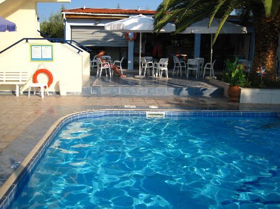Hotel Elsa: bar next to the pool