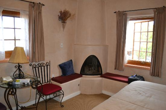 Hotel La Fonda de Taos: Fireplace in room (Gas)