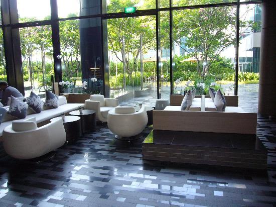 Crowne Plaza Changi Airport: gemütliche Sitzecke mit blick in den Garten