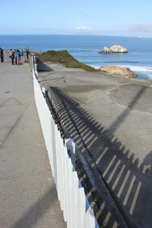 Seal Rock Inn: Walkway to Cliff House.