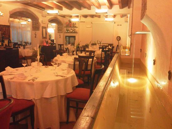 Il Vicolo: l'ex abbeveratoio ora fontana nel ristorante
