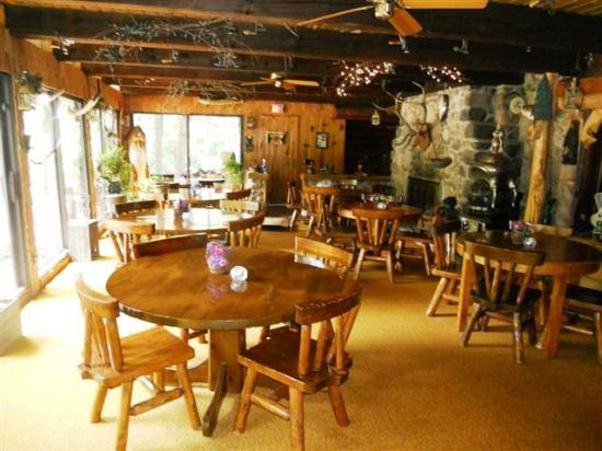 Inn at Pinewood: Bright and very cozy breakfast room.
